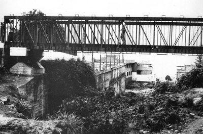 Puente de_hierro_entre_la_Calle_Nueva_y_la_Plaza_de_la_Iglesia