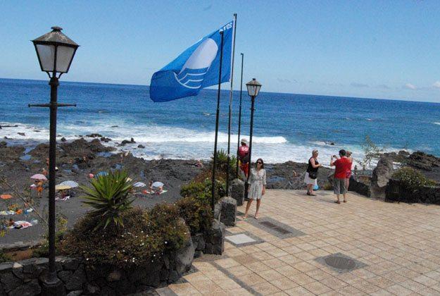 Bandera azul en Playa Jardin