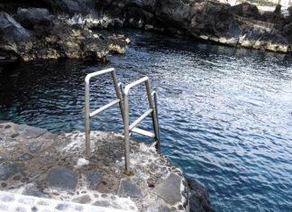 Escalera acceso a la costa en Punta Brava