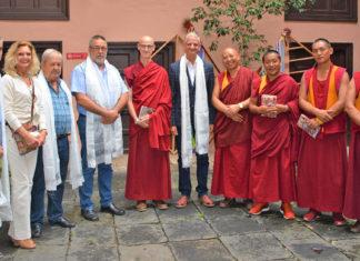 Presentacion actividades con monjes budistas