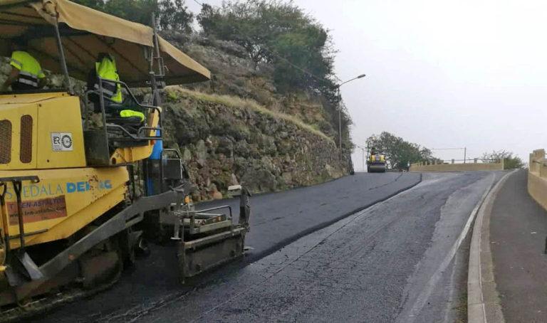 Obras de repavimentación en la carretera de Las Llanadas