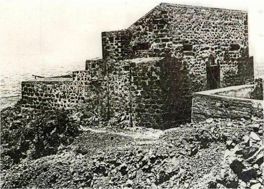 Castillo de San Felipe en deplorable estado de conservación. A la izquierda se ve uno de los cañones (Autor anónimo)