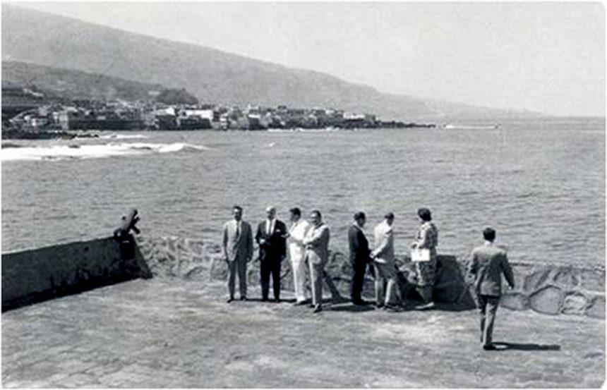 Explanada del Castillo de San Felipe, con uno de los cañones. 1950. Autor anónimo.