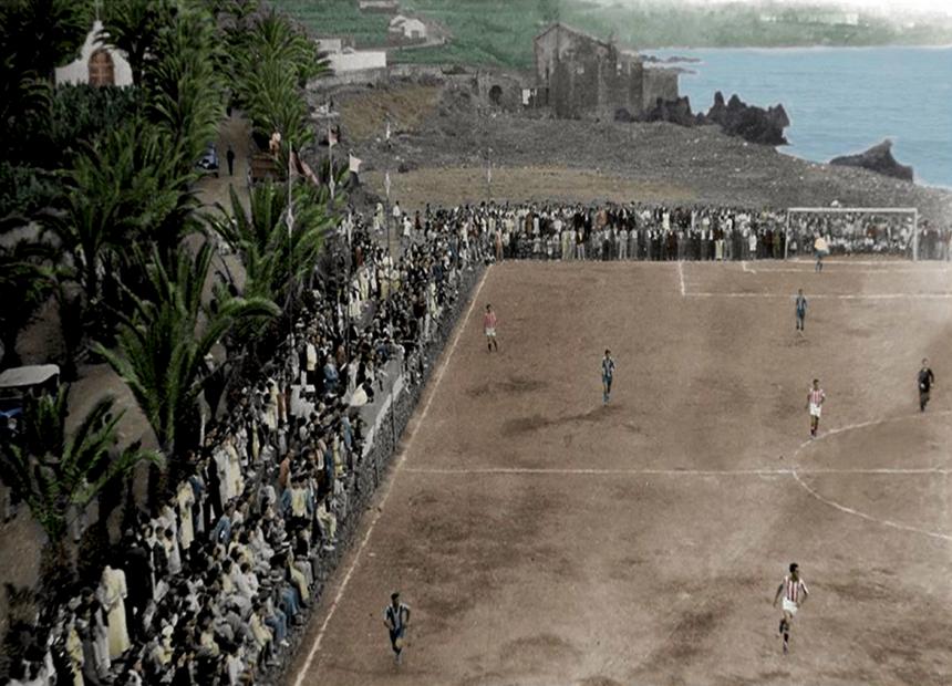 Imagen antigua de un partido de futbol en el campo del Peñón coloreada por Rafael Afonso Carrillo