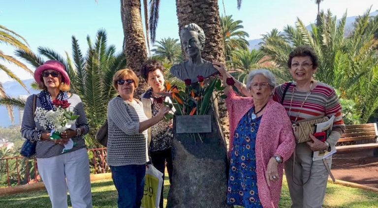 Ofrenda en recuerdo de Dulce María Loynaz en el Puerto de la Cruz