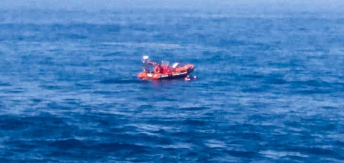 Imagen de las tareas de rescate del cuerpo desde la lancha Cruz Roja del Mar