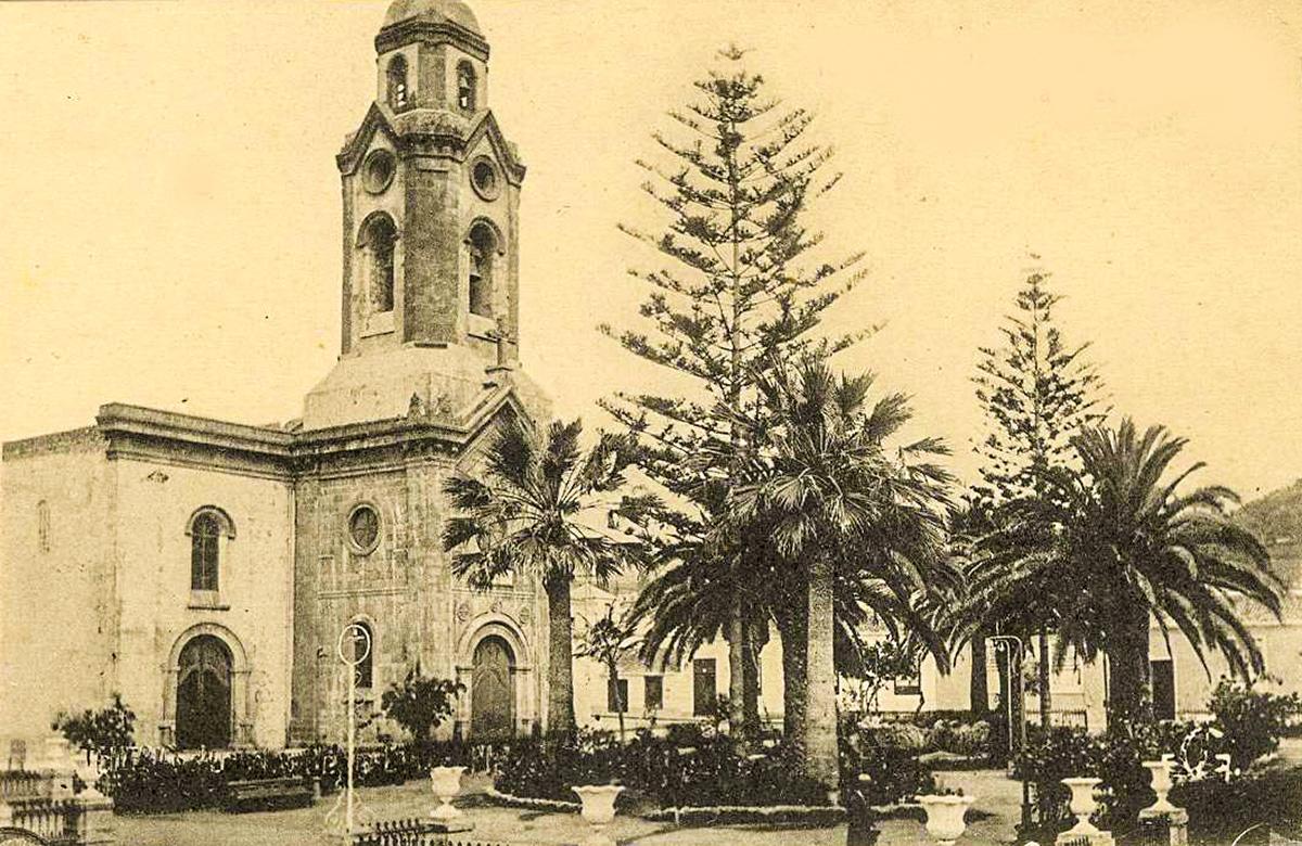 Postal de la Peña de Francia y la plaza parroquial