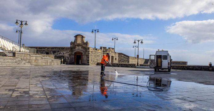 Tareas de limpieza en la Plaza de Europa del Puerto de la Cruz
