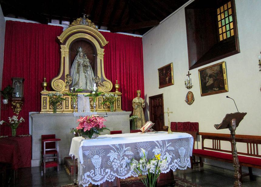 Altar mayor con la imagen de Nuestra Señora de la Paz