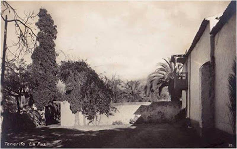 A la derecha la antigua entrada a la ermita de San Amaro (Foto de Otto Aue) 1930