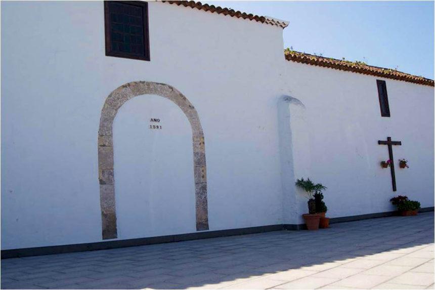 Fachada norte de la ermita con la antigua entrada tapiada