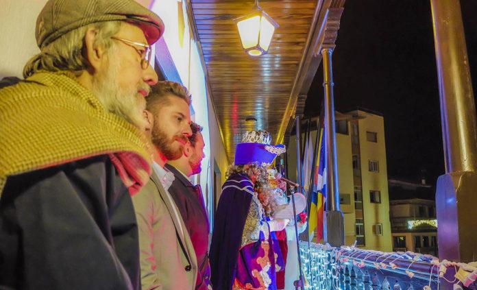 Los Reyes Magos se dirigen a los niños desde el balcon del Ayuntamiento
