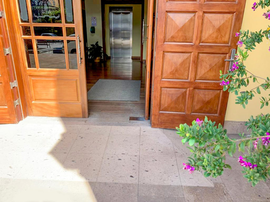 Rampa de acceso a la entrada principal