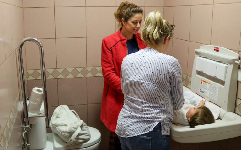 El Ayuntamiento instala 'cambiadores para bebés' en aseos mixtos de instalaciones públicas