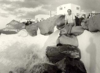 Imagen de César Manrique en una visita de supervisión a las obras de las Piscinas de Martiánez en abril de 1971
