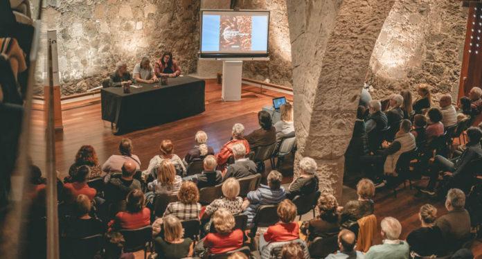 Un momento del acto de la presentacion del libro de Javier González