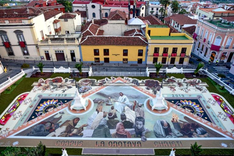 Este es el tapiz que conmemora los 100 años de la alfombra de la plaza del Ayuntamiento de La Orotava