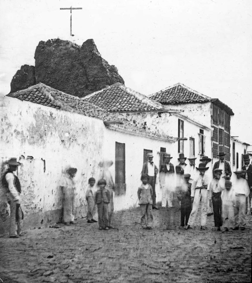 Calle de San Felipe y el Calvario, a cuya espalda se ve el peñón (Foto Charles Piazzi Smith. 1856. Cedida por Alejandro Carracedo Hernández)