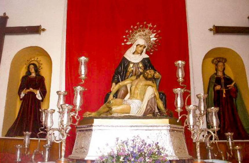 Aspecto frontal del altar del Calvario, con la Piedad, flanqueada por María Magdalena y San Juan