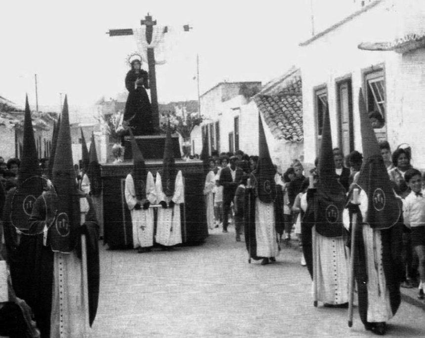 Procesión de la Virgen de la Piedad, por la calle de San Felipe, a su salida del Calvario.Foto de la Hermandad del Calvario