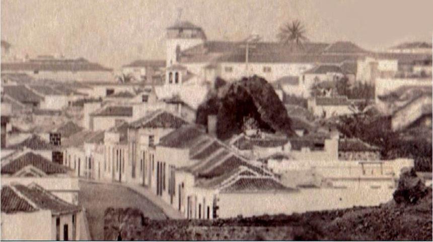 Detalle en el que se aprecia bien la roca donde se situó el Calvario y la calle de San Felipe a la altura de la iglesia de La Peñita.