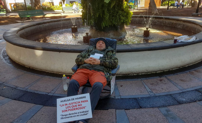 Moises Pérez durante su huelga de hambre en la Plaza del Charco