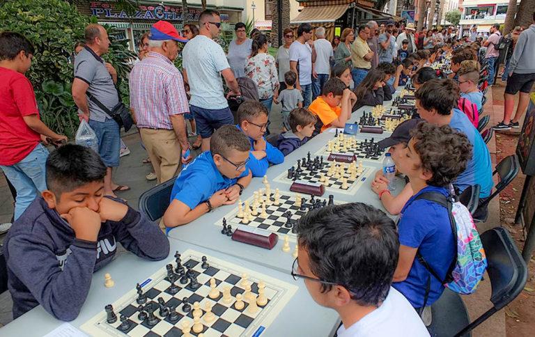 Se celebró el VIII Torneo Interescuelas de Ajedrez en la Plaza del Charco