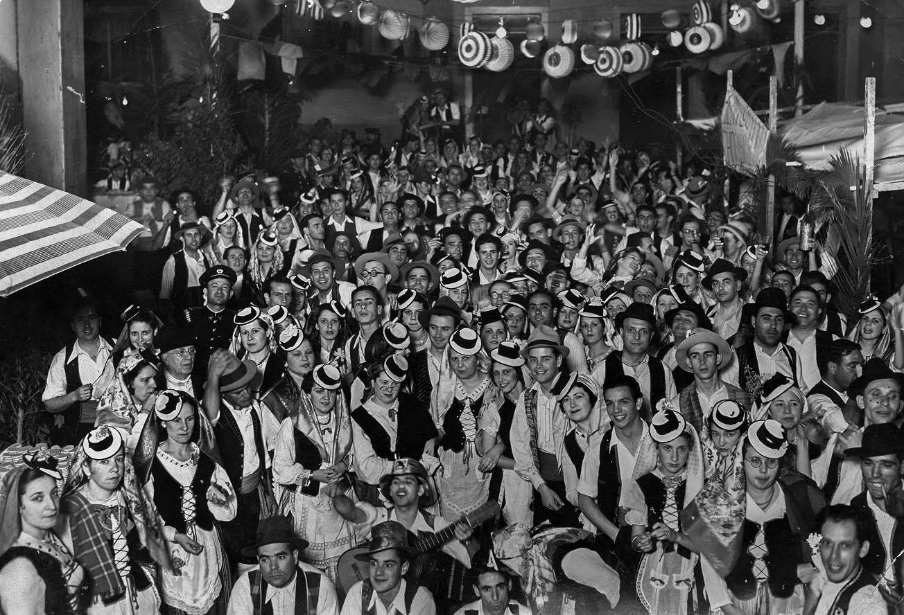 Baile de magos en la calle Agustin de Betancourt - Primera mitad del siglo XX