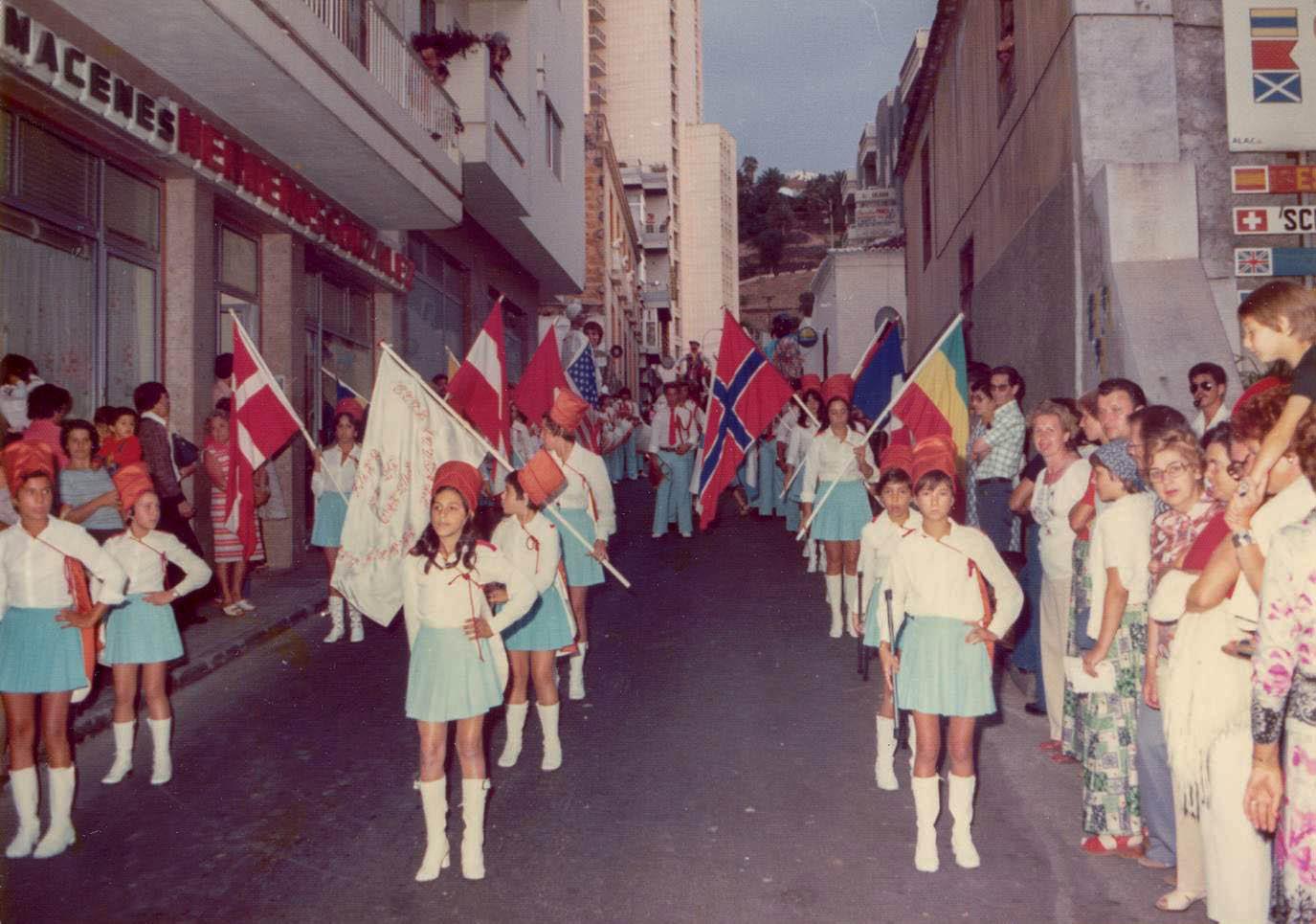 Desfile en la calle Cologan