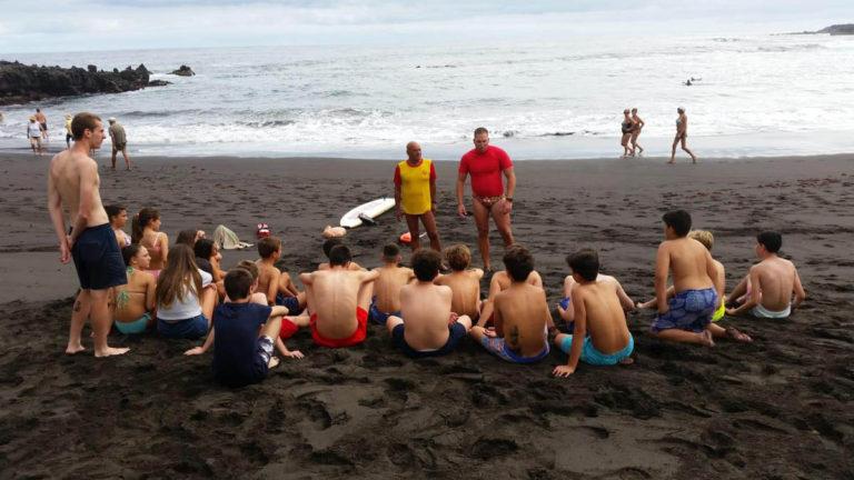 Charla en Playa Jardín de sensibilización para niños sobre posibles riesgos en el mar