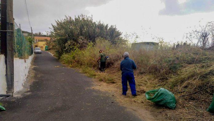 Operarios realizando la limpieza viaria