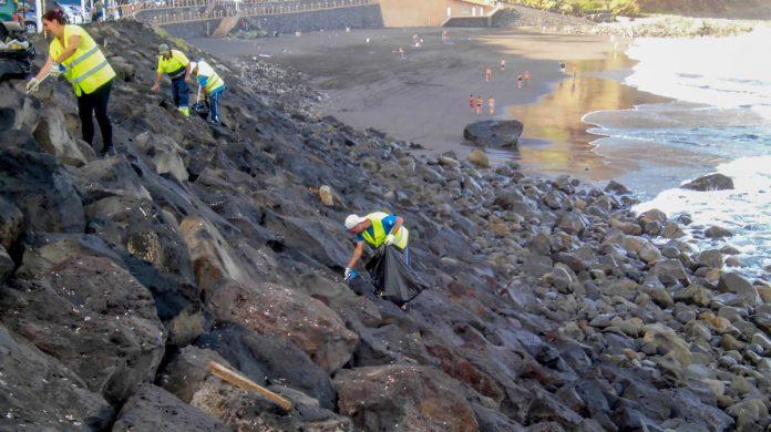 Labores de limpieza en la playa de El Socorro