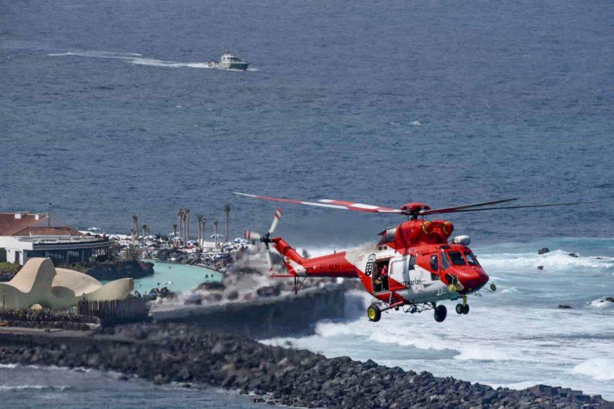 Helicóptero de Salvamento del Gobierno de Canarias durante las tareas de rastreo. Foto: Moisés Pérez