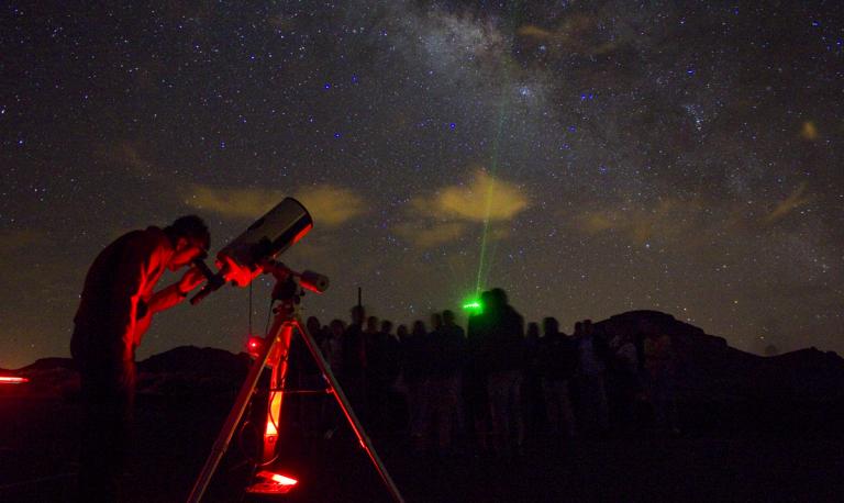Acercando el universo a los vecinos de la Villa a través de 'Enciende una estrella'
