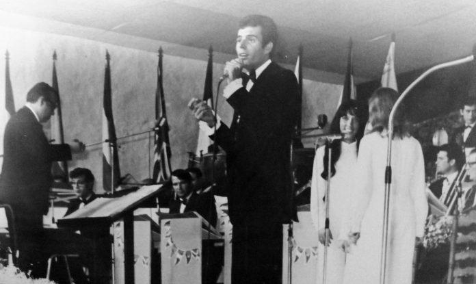 Julio Iglesias durante su intervención en el Festival de la Canción del Atlántico del Puerto de la Cruz