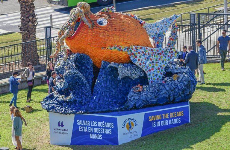 Se presenta en la ULL una escultura hecha con plásticos como parte de una campaña contra la contaminación de los océanos