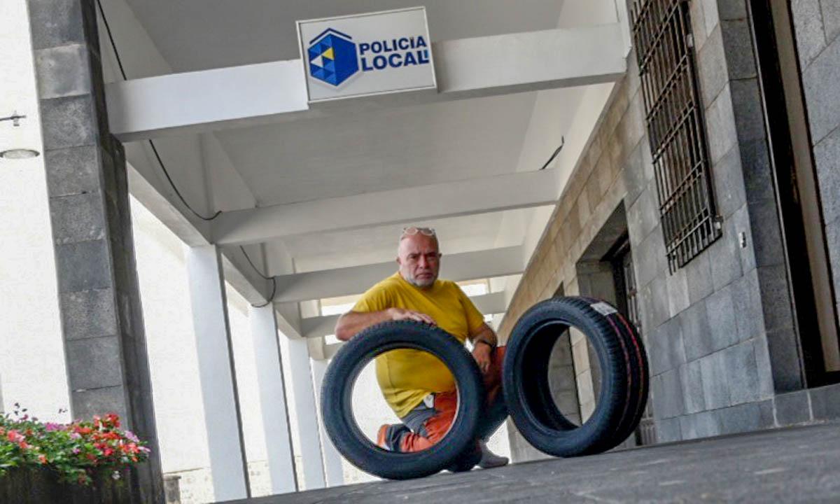 Moises Pérez ante las dependencias de la Policía Local