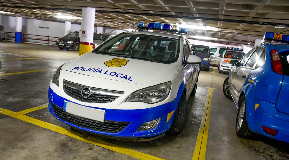Vehiculo Policial que ha estado usando la rueda de repuesto