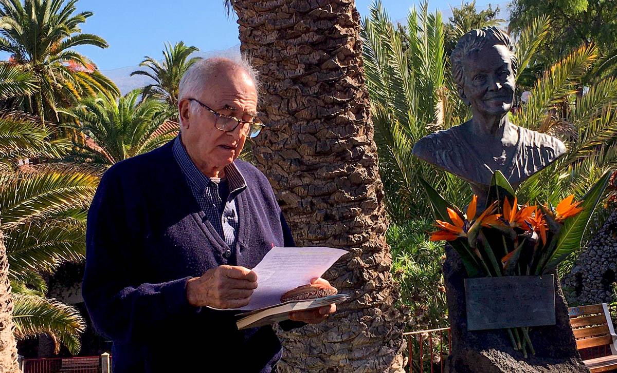 Isidoro Sánchez ante el busto de Dulce María Loynaz en 2019
