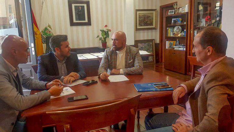 Reunión en el Ayuntamiento con el consejero insular de Cooperación y Vivienda