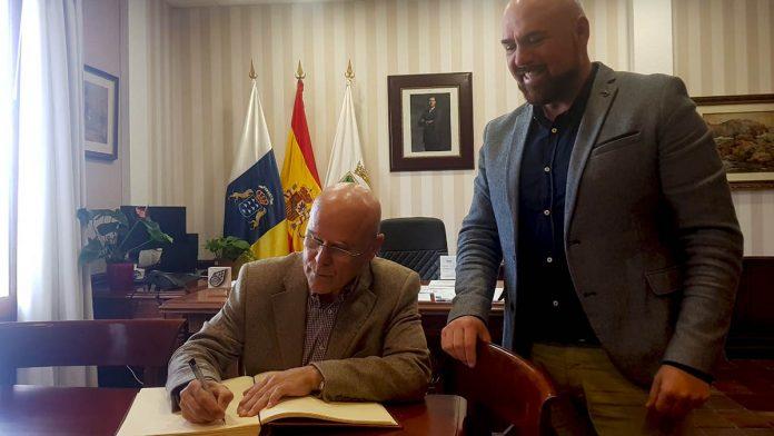 Diputado del Comun firma en el libro de honor del Ayuntamiento del Puerto de la Cruz