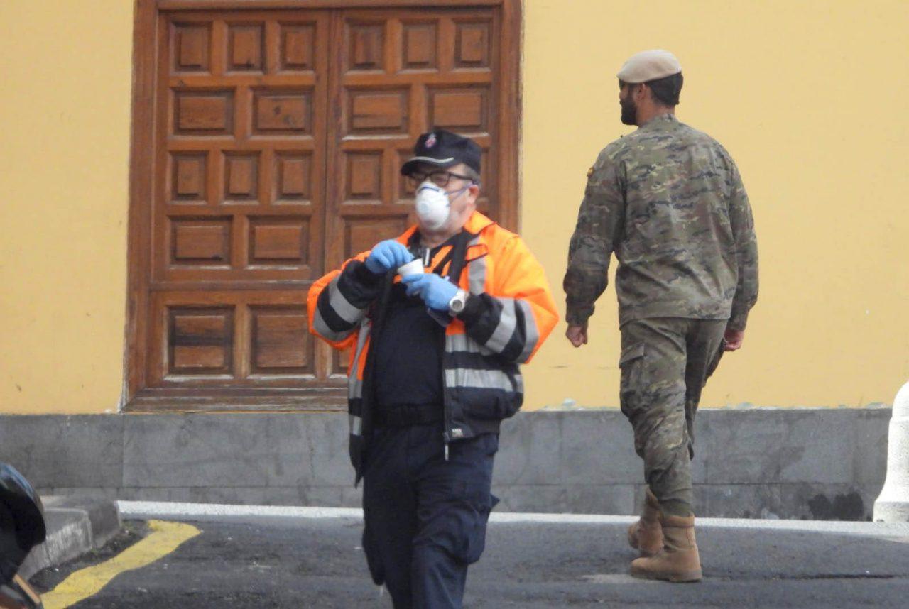 Efectivos Proteccion Civil y Ejército patrullan por el casco de la ciudad