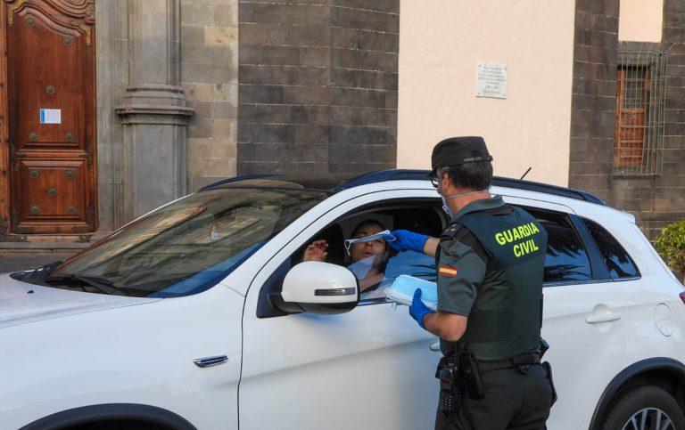 La Guardia Civil reparte mascarillas en La Orotava