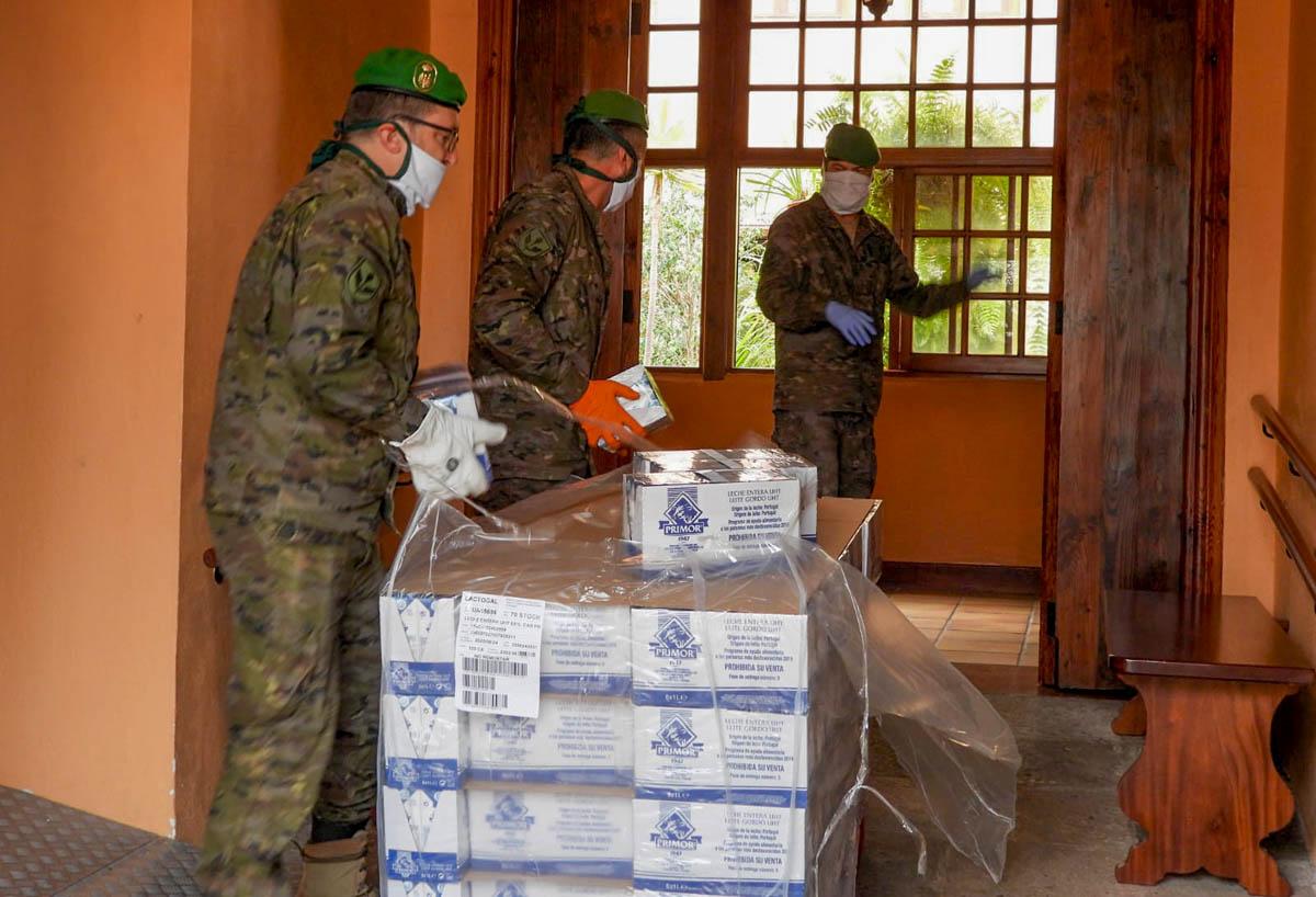 Militares descargan los alimentos en la casa parroquial.