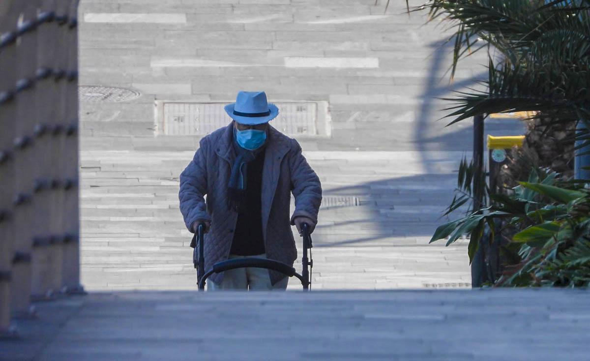 Persona camina por la calle en el Puerto de la Cruz