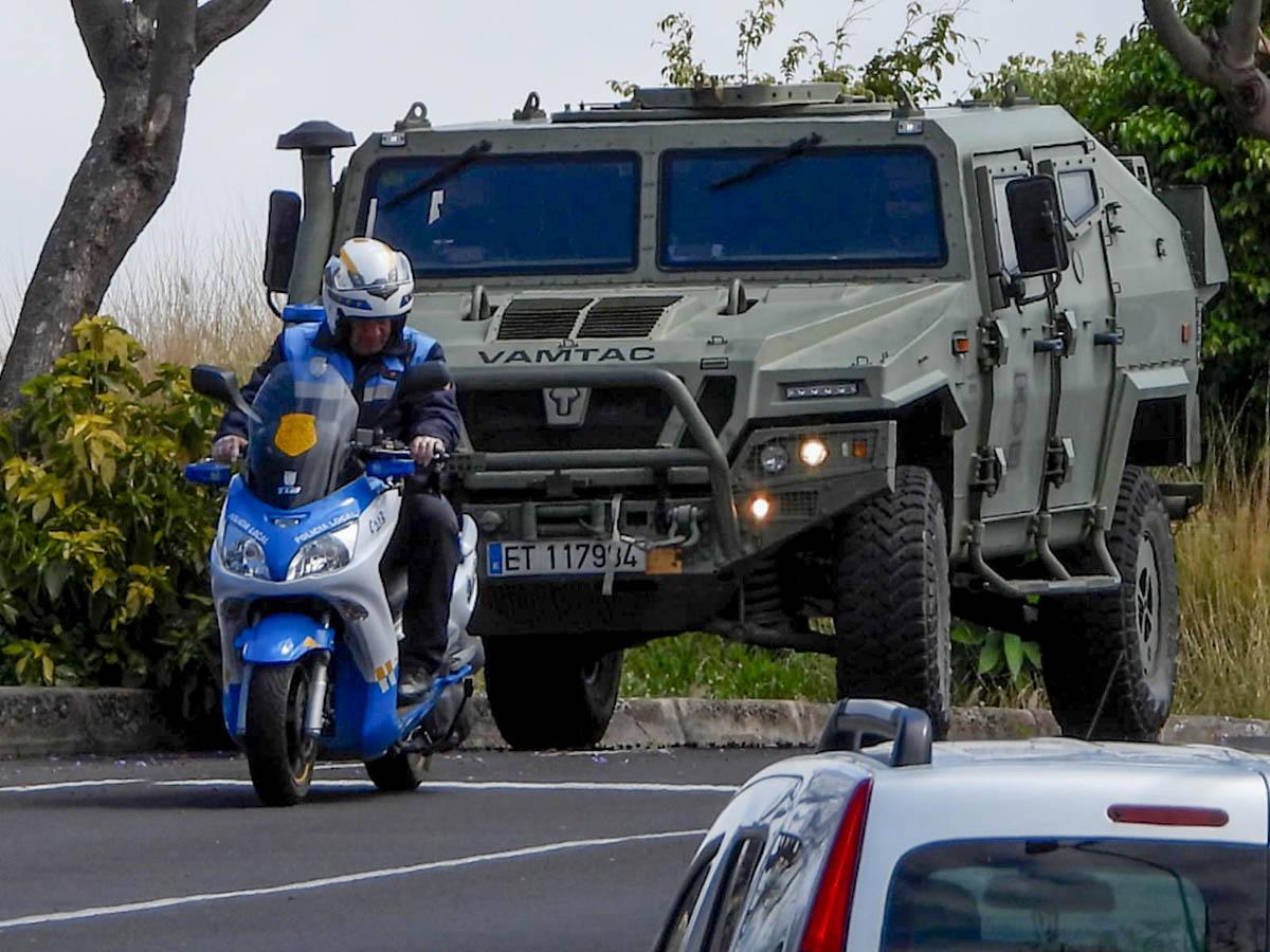 Policía Local y vehículo del Ejército