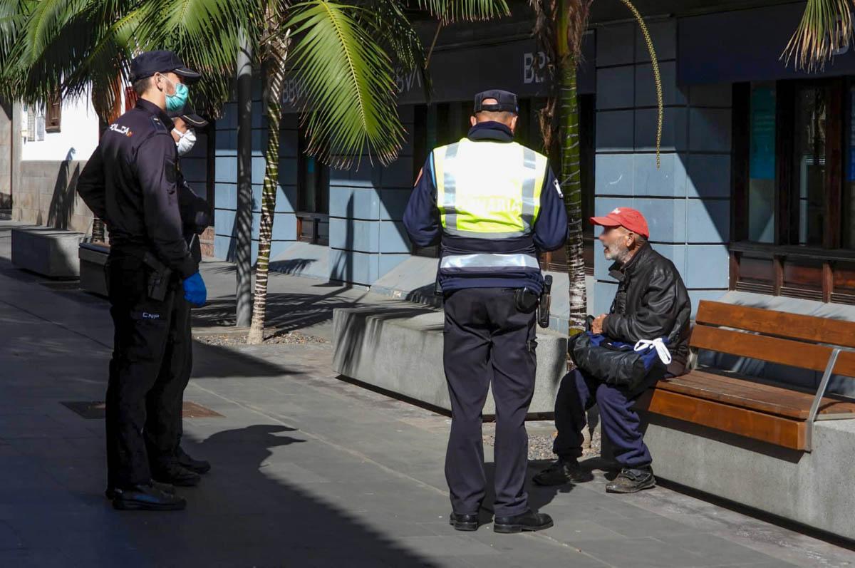 Policía Nacional y Policía Local hablan con una persona en la calle Quintana