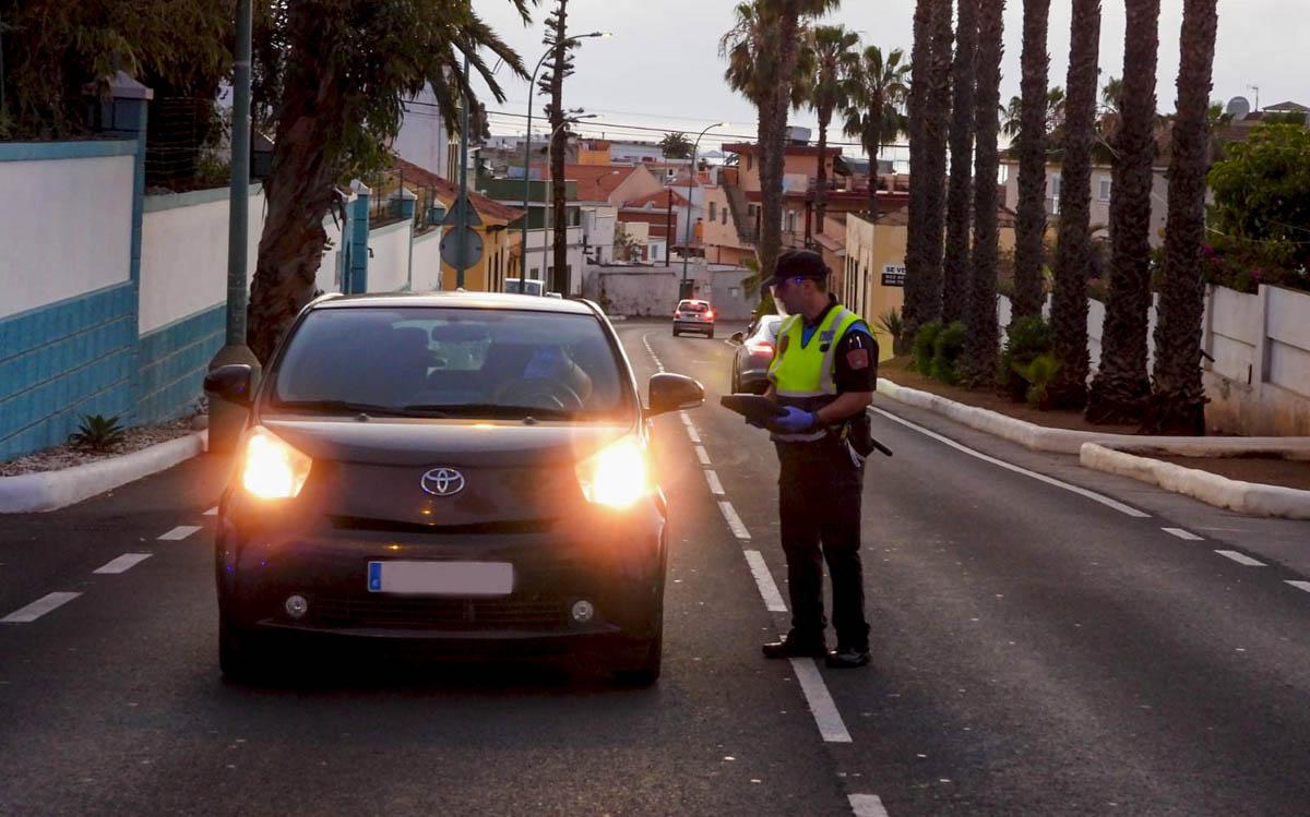 Policia Local en zona de control de la carretera de Las Arenas 2  -  3-4-2020