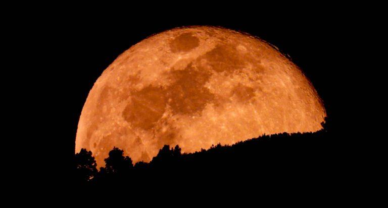 Luna llena de Pascua desde el Puerto de la Cruz