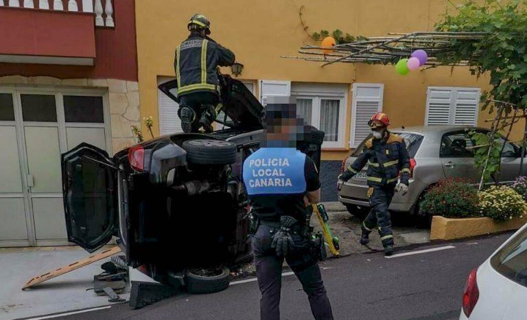Bomberos rescatan a una mujer atrapada en su coche accidentado en Los Realejos